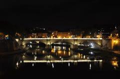 Vista del puente Vittorio Emanuele II y la bóveda de la basílica de San Pedro fotos de archivo