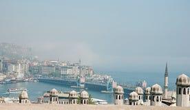 Vista del puente y de la niebla de Galata sobre Bosphorus fotografía de archivo
