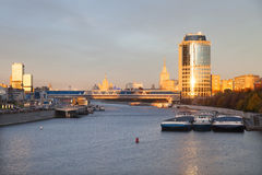Vista del puente y de la torre 2000 de Bagration Imágenes de archivo libres de regalías