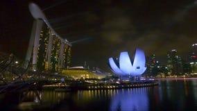 Vista del puente y del hotel Marina Bay metrajes
