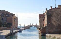 Vista del puente y del Fondamenta Arsenale en Castello Venecia imagenes de archivo