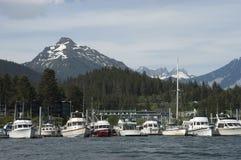 Vista del puerto Alaska de los barcos de pesca dentro del paso foto de archivo libre de regalías