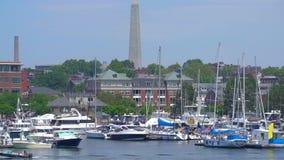 Vista del puerto de Boston con el monumento del Bunker Hill metrajes