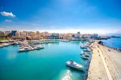 Vista del puerto de Heraklion del fuerte veneciano viejo Koule imagen de archivo libre de regalías