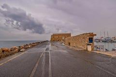 Vista del puerto de Heraklion del fuerte veneciano viejo Koule, Cret fotos de archivo libres de regalías