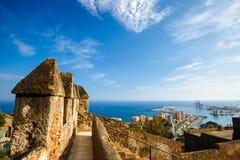Vista del puerto de Málaga Paredes del patio de Castillo de Gibralfaro Foto de archivo libre de regalías