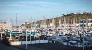 Vista del puerto deportivo lujoso de Albufeira donde están los barcos turísticos parqueados foto de archivo