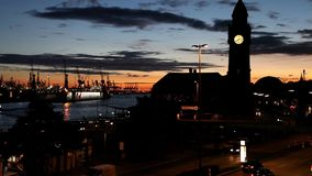 Vista del puerto después de la puesta del sol almacen de video