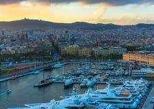 Vista del puerto en la puesta del sol fotografía de archivo libre de regalías