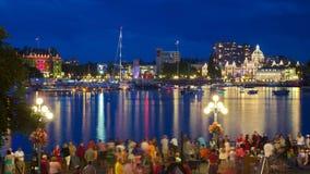 Vista del puerto interno de la ciudad de Victoria con las muchedumbres que esperan la exhibición de los fuegos artificiales Imagen de archivo libre de regalías