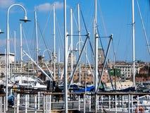 Vista del puerto viejo de Oporto Antico de Génova, Italia, a través de luces de calle y de palos del velero imagen de archivo libre de regalías