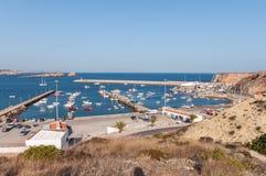Vista del puerto viejo en Sagres con los barcos de pesca tradicionales Imagen de archivo