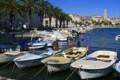 Vista del puerto y de la ciudad - Croacia de la fractura Imagen de archivo