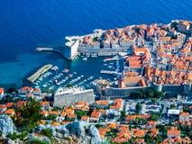 Vista del puerto y de la ciudad vieja en la ciudad de Dubrovnik fotos de archivo