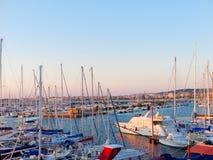 Vista del puerto y de los barcos hermosos en Alghero, Cerdeña, Italia Imagenes de archivo