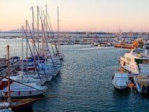 Vista del puerto y de los barcos hermosos en Alghero, Cerdeña, Italia Fotos de archivo libres de regalías