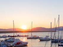Vista del puerto y de los barcos hermosos en Alghero, Cerdeña, Italia Foto de archivo libre de regalías