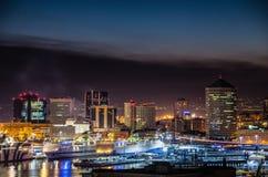 Vista del puerto y de los edificios de Genoa Genova, por noche, Italia fotografía de archivo