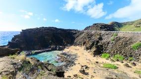 Vista del puesto de observación de la sopladura de Halona, atracción turística en la isla de Oahu fotografía de archivo
