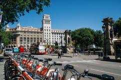 Vista del quadrato della Catalogna con architettura famosa Bici locative della priorità alta Trasporto ecologico di grande città Fotografie Stock Libere da Diritti