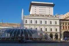 Vista del quadrato di De Ferrari a Genova, Italia, il cuore della città con la fontana centrale fotografie stock libere da diritti