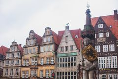 Vista del quadrato del mercato di Brema con la statua municipio, di Roland e la folla della gente, centro storico, Germania immagini stock