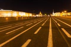 Vista del quadrato del palazzo in San Pietroburgo nella notte Fotografia Stock Libera da Diritti