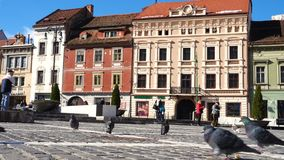 Vista del quadrato principale della città rumena Brasov stock footage
