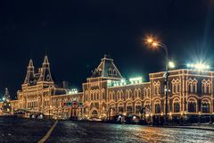 Vista del quadrato rosso alla notte nella celebrazione del nuovo anno di inverno fotografia stock libera da diritti