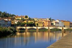 Vista del río de Arno. Fotos de archivo