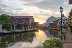 Vista del río, de la casa y del riverwalk con salida del sol en Malaca Foto de archivo