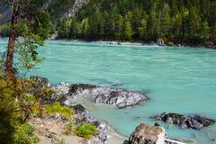Vista del río de la turquesa de la montaña Imagen de archivo