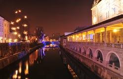 Vista del río de Ljubljanica y de su terraplén, adornada por la Navidad y Años Nuevos de días de fiesta, Ljubljana, Eslovenia Imagen de archivo libre de regalías