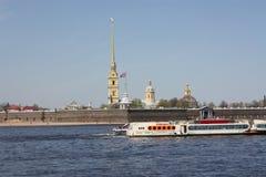 Vista del río, de los barcos y de la fortaleza fotos de archivo