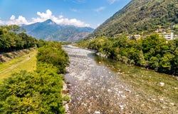 Vista del río de Maggia, el comenzar del valle famoso de Maggia en el cantón Tesino de Suiza Fotos de archivo libres de regalías
