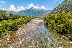 Vista del río de Maggia, el comenzar del valle famoso de Maggia en el cantón Tesino de Suiza fotos de archivo
