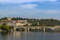Vista del río de Moldava, Praga imagen de archivo