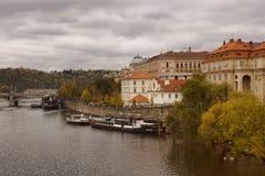Vista del río de Moldava y la 'promenade' de Charles Brid Foto de archivo