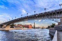 Vista del río de Moscú, del puente y del monumento a Peter el grande Foto de archivo libre de regalías