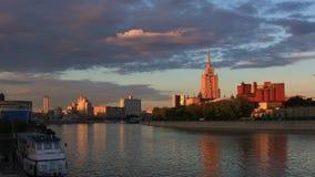 Vista del río de Moscú en los rayos del sol poniente almacen de metraje de vídeo