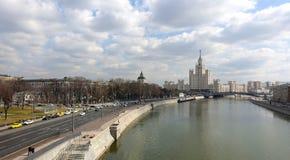 Vista del río de Moscú y de la alta subida en el terraplén de Kotelnicheskaya imágenes de archivo libres de regalías