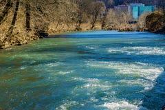 Vista del río de Roanoke y del hospital conmemorativo de Carilion Roanoke fotos de archivo