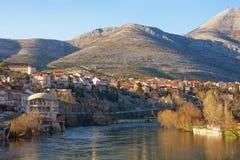 Vista del río de Trebisnjica cerca de la ciudad de Trebinje en un día soleado Bosnia y Hercegovina Fotografía de archivo libre de regalías