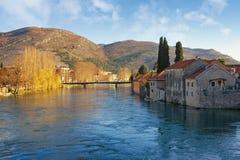 Vista del río de Trebisnjica cerca de la ciudad vieja de la ciudad de Trebinje en un día de primavera soleado Bosnia y Hercegovin Imágenes de archivo libres de regalías