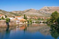 Vista del río de Trebisnjica y de la ciudad de Trebinje en un día de verano soleado Bosnia y Hercegovina Foto de archivo libre de regalías