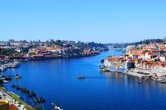Vista del río del Duero en Oporto, Portugal Foto de archivo