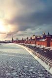 Vista del río del Kremlin y de Moscú del invierno en la puesta del sol Imagen de archivo