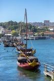 Vista del río el Duero, con los barcos de Rabelo en muelles de la ciudad de Gaia imagenes de archivo