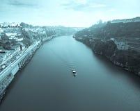 Vista del río el Duero y de las costas en la ciudad de Oporto Su Fotos de archivo