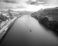 Vista del río el Duero y de las costas en la ciudad de Oporto Su Imágenes de archivo libres de regalías